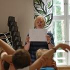 Annika undervisar om treenigheten